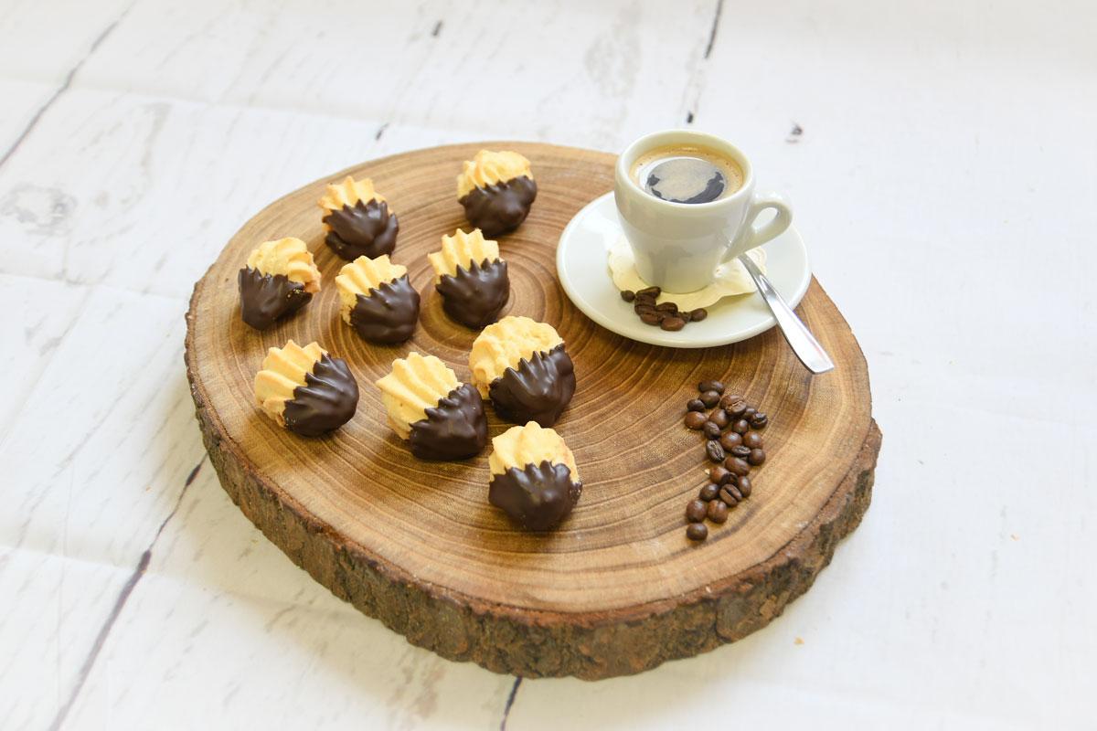 Bärentatzen gefüllt mit Nougat und kakaohaltiger Fettglasur überzogen, aus Spritzmürbeteig