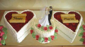 Hochzeitstorte mit Fruchtherzen und Buttercremetorte mit Brautpaar
