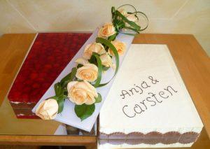 Hochzeitstorte aus Frucht- und Buttercreme mit Rosen-Blumenbouquet