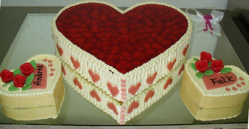 Hochzeitstorte als Herz aus Fruchttorte und Buttercremetorte