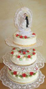 Hochzeitstorte aus Buttercreme dreistöckig und oben mit Brautpaar-Tanz