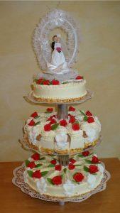 Hochzeitstorte aus Buttercreme dreistöckig und oben mit Brautpaar-Reif