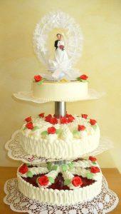 Hochzeitstorte aus Buttercreme dreistöckig und oben mit Brautpaar