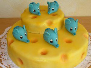 Kindergeburtstagstorte mit Maus-Marzipanfiguren und Käse-Marzipandecke