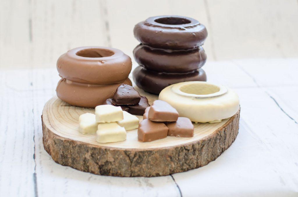 Baumkuchen in verschiedenen Variationen von Schokoladenüberzug