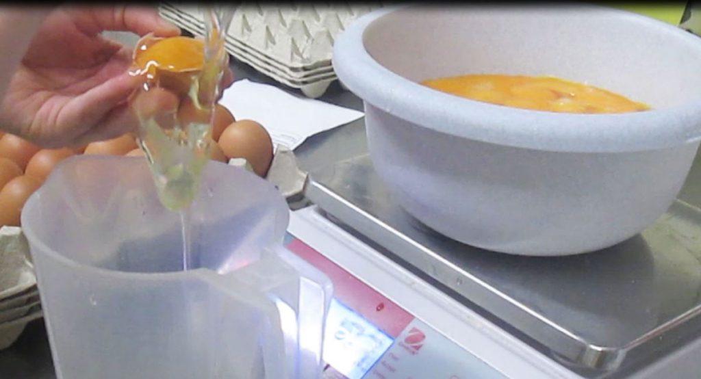 Rezept und Abwiegen von Zutaten für Baumkuchen