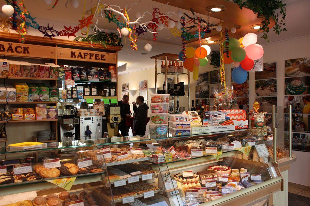 Ladentheke zum Jubiläum geschmückt