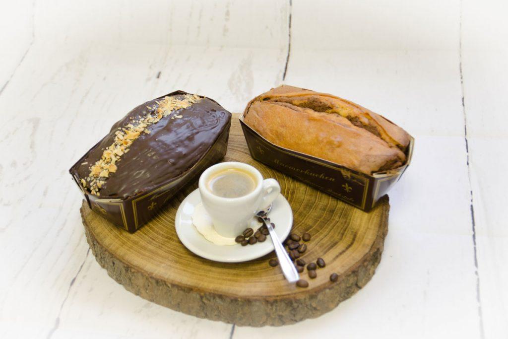 Überzogene und ohne Überzug Sandkuchen zum Kaffee